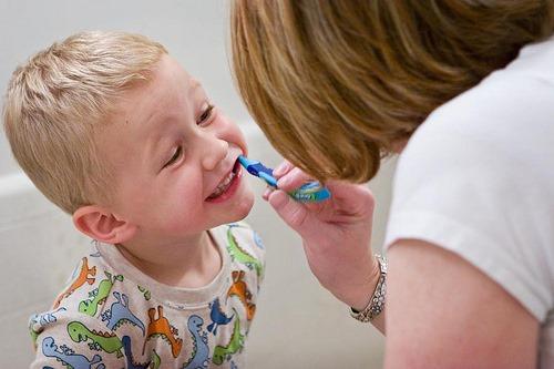给宝宝刷牙