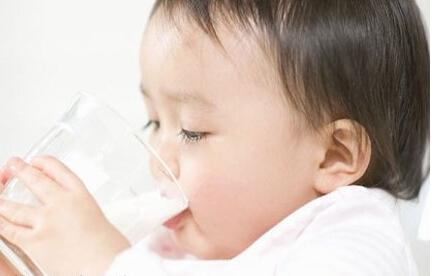 怎样训练宝宝用水杯喝水