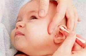 给宝宝掏耳朵