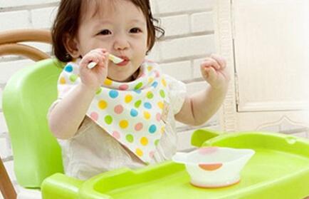 怎样训练宝宝自己吃饭