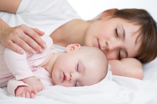 宝宝自己睡还是跟妈妈一起睡