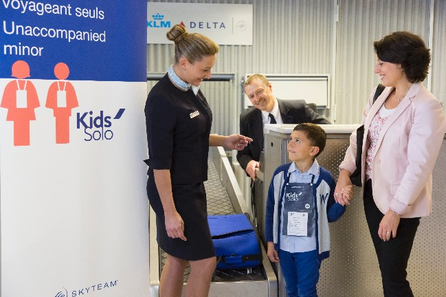 几岁的孩子可以独自乘机
