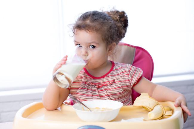 宝宝1岁就要改喝牛奶吗