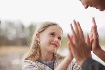 如何正确表扬孩子