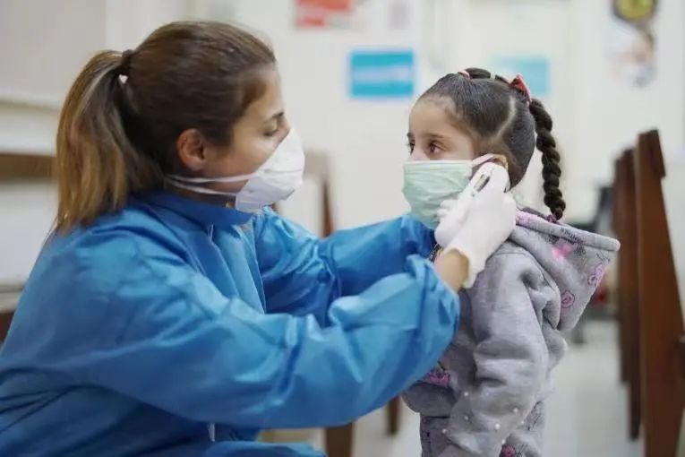 孩子打喷嚏、咳嗽、发烧了……我的天,是感冒、流感,还是新冠?